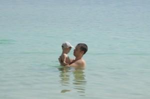 с ребенком на мертвое море